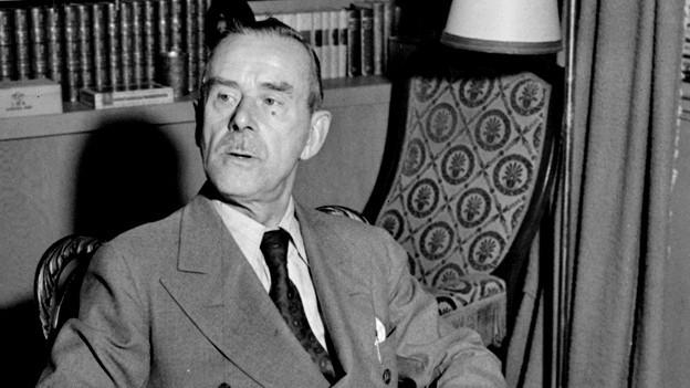 Thomas Mann in einem Sessel.