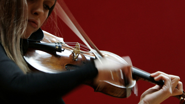 Frau spielt Geige.