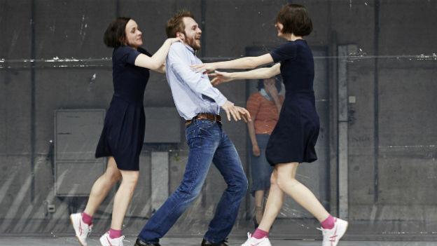 Drei Schauspiel auf der Bühne des Schauspielhaus Zürich.