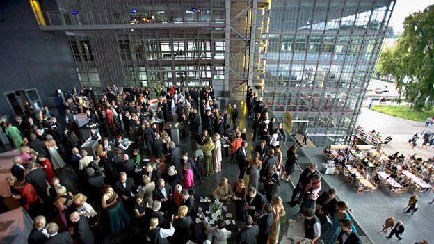 Besucher vor dem KKL in Luzern.