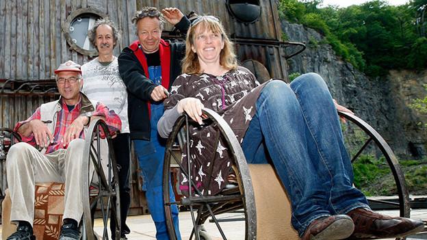 Maag sitzt in einem Rollstuhl neben weiteren Personen.