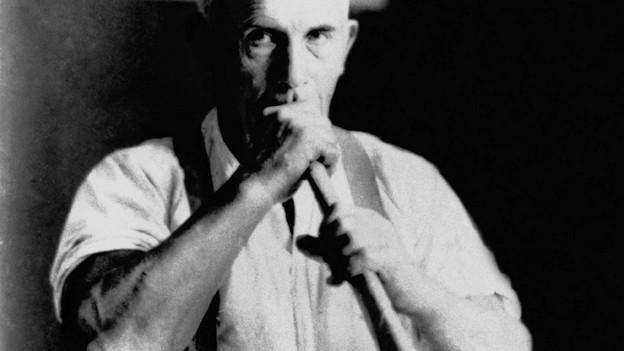 Mann mit Papiertrompete.