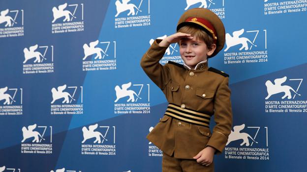 Kinderschauspieler Dachi Orvelashvili posiert von der Fotowand für die Filmpremiere von «The President».