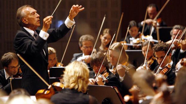 Der Dirigent Claudio Abbado leitet das Lucerne Festival Orchestra beim Eroeffnungskonzert des Lucerne Festival und zu Feier des 10 jaehrigen Bestehens des Konzertsaales des KKL Kultur und Kongresszentrums, am Mittwoch, 13. August 2008 im Konzertsaal des KKL in Luzern. (KEYSTONE/Urs Flueeler)