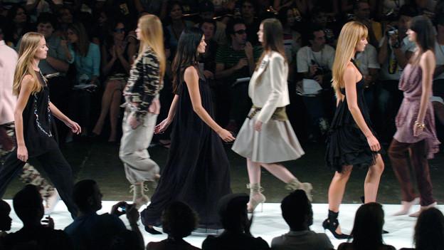 Models auf dem Laufsteg einer Modeschau