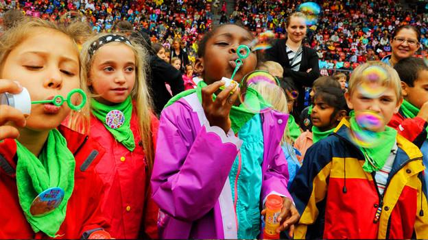 Kinder freuen sich ab einem Konzert im Zürcher Letzigrund.