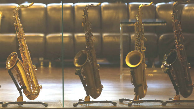 Vier Saxophone in einer Reihe.
