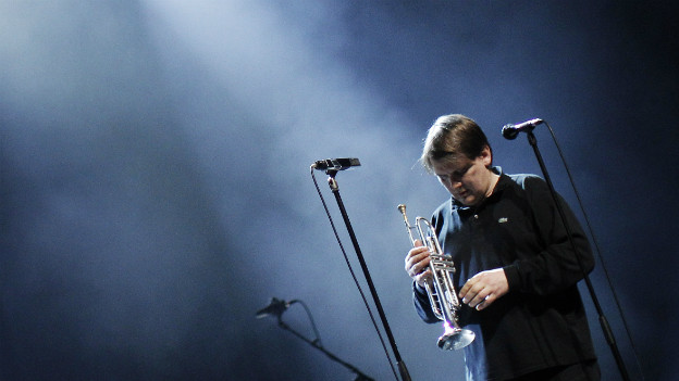 Sven Regener mit Trompete auf der Bühne