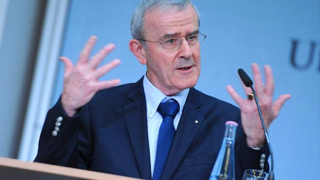 Christoph Schäublin gestikuliert mit den Händen während einer Rede.