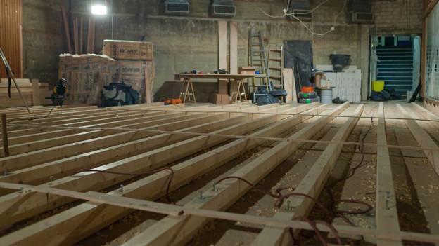 Das Bodengerüst einer Bühne im Umbau.