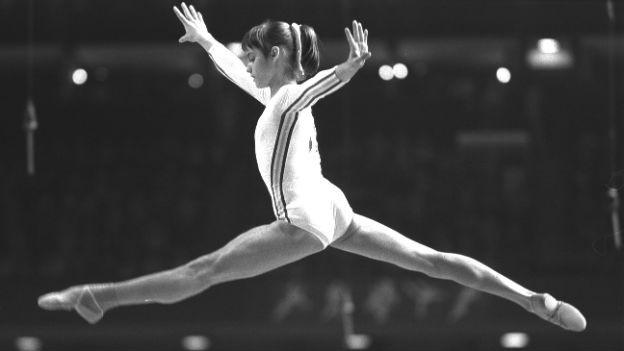 Nadia Comaneci springt.