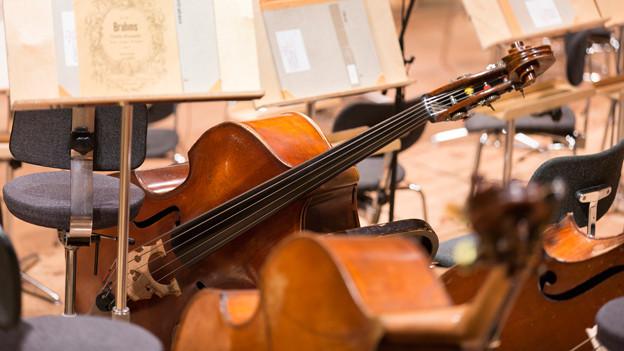 Streichinstrumente und Notenständer
