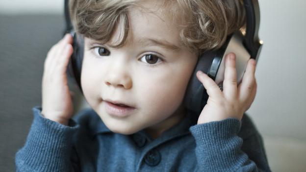 Ein Junge mit Kopfhörern