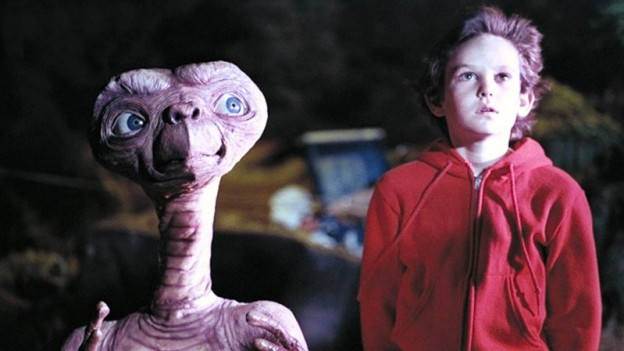 E.T. und ein Junge nebeneinander.