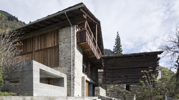 Ein mit Betonelementen modernisierter Stall in einem Bergdorf.