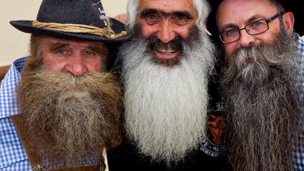 Drei Männer mit Bart.