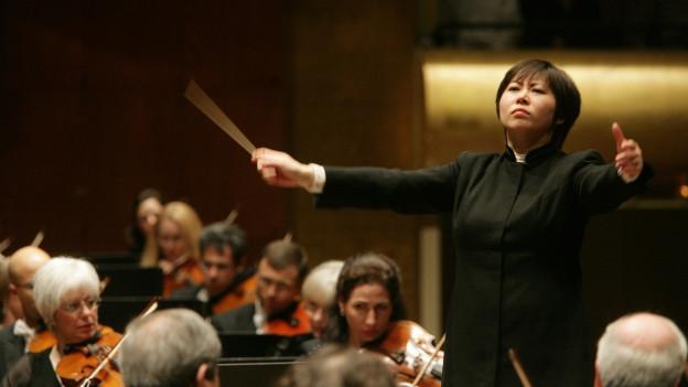 Xian Zhang dirigiert die New Yorker Philharmoniker.
