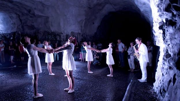 Klanginstallation mit Tanz in einer Höhle am Festival Alpentöne.