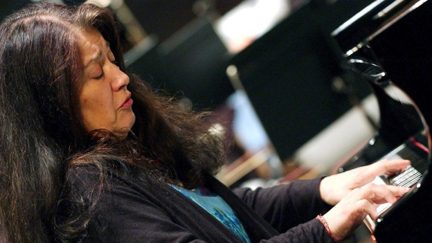 Die Pianistin Martha Argerich am Flügel.