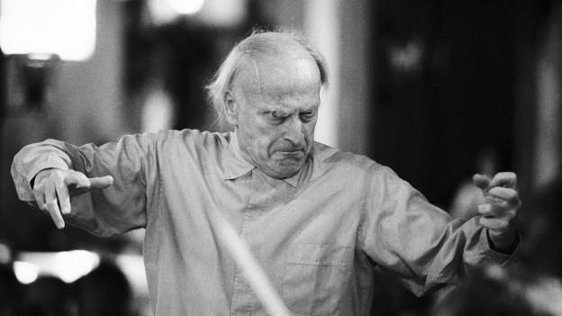 Schwarzweissfoto: Yehudi Menuhin beim Dirigieren.