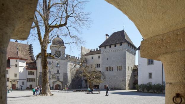 Schloss Lenzburg durch einen Torbogen gesehen.