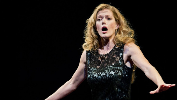 Sängerin auf der Bühne singend