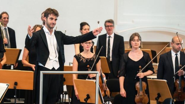 Lorenzo Viotti vor dem Orchester