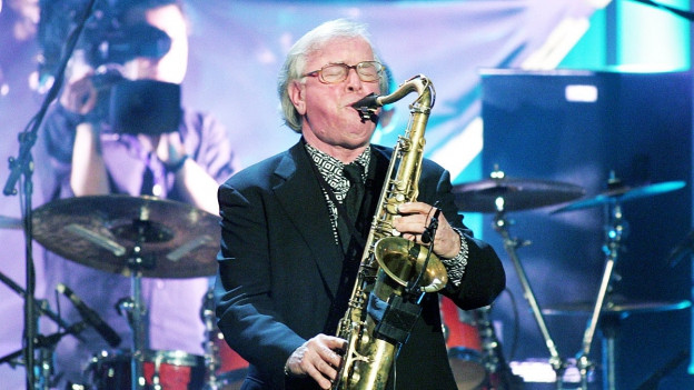 Klaus Doldinger spielt Saxophon auf einer Bühne.