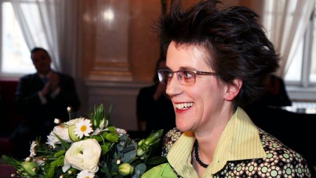 Olga Neuwirth nimmt Blumen entgegen.