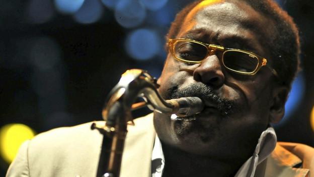 Ein schwarze Saxophonist in Aktion