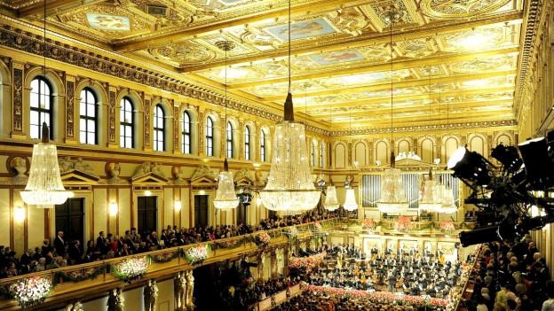 Konzertraum mit goldener Decke.