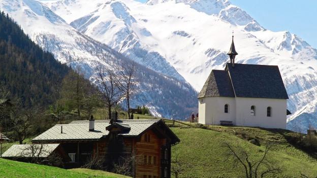 Kirche von Ernen mit Chalet