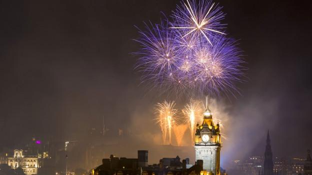 Feuerwerk über Edinburgh am International Festival.