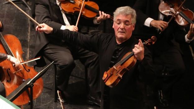 Violinist Pinchas Zukerman während eines Konzertes