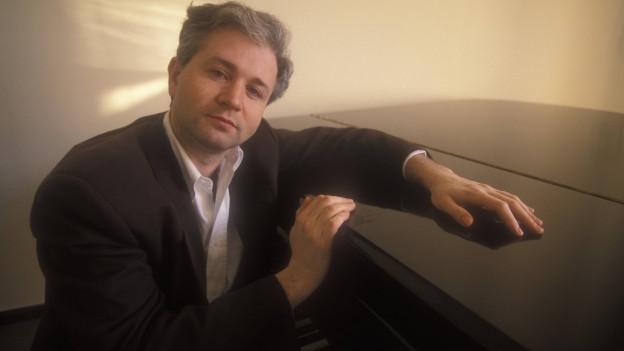George Benjamin mit einem Piano