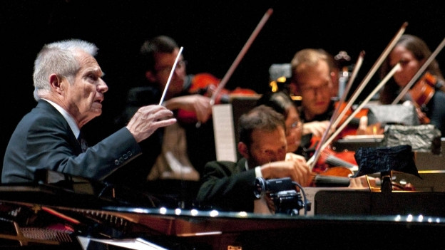 Dirigent Dave Grusin während eines Konzertes