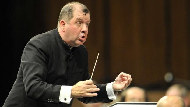 Ivor Bolton dirigiert ein Orchester