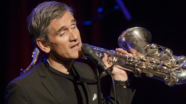 Curtis Stigers singt mit dem Saxophon in der Hand