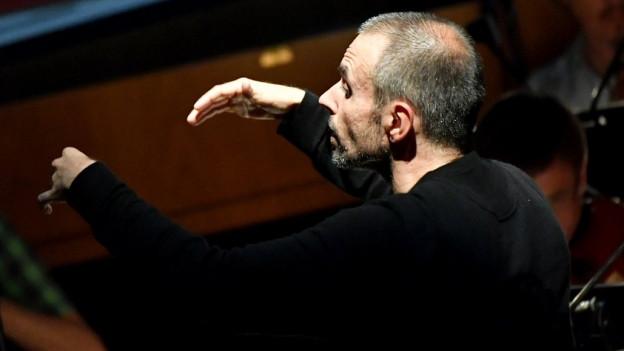 Der Dirigent Constantinos Carydis bei einer Probe im Rahmen der Salzburger Festspiele 2018.