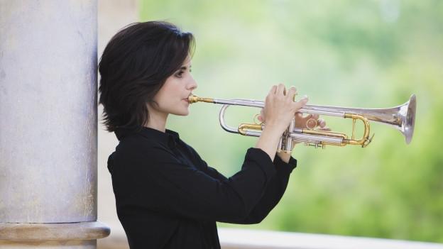 Eine Frau spielt Trompete