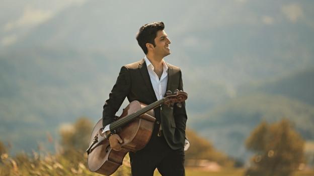 Ein Mann trägt ein Cello