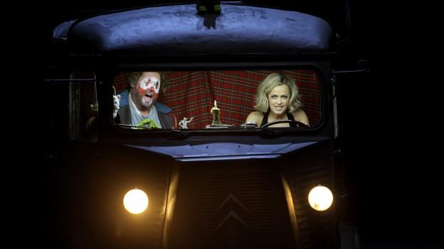 Zwei Menschen sitzen in einem Auto