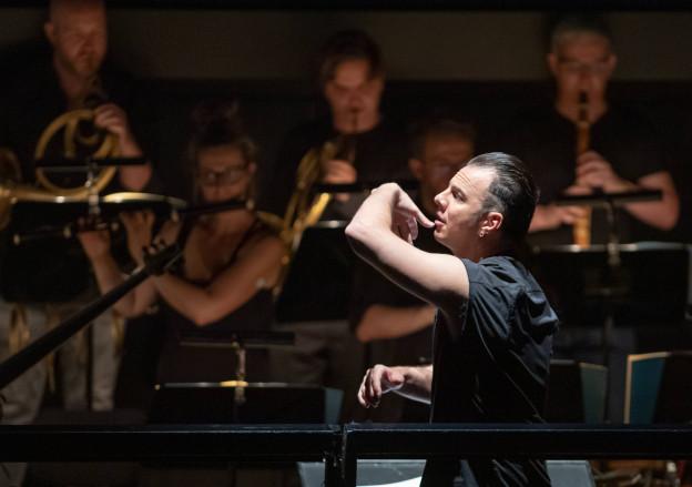 Ein Mann dirigiert ein Orchester