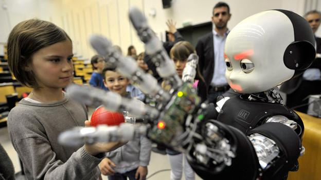 Ball spielen mit dem Roboterfreund