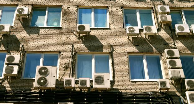 Eine Häuserfront voller Klimaanlagen.