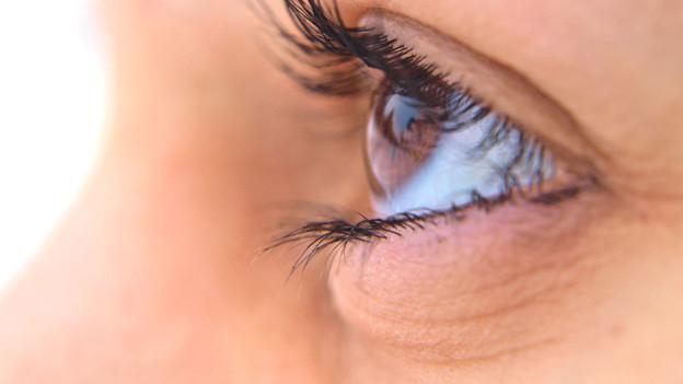 Ein braunes Auge von der Seite.