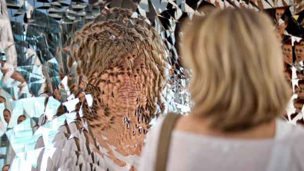 """Eine Besucherin der Art Basel vor """"Untitled"""" von Anish Kapoor (2009) am Stand der Galerie Lisson aus London."""