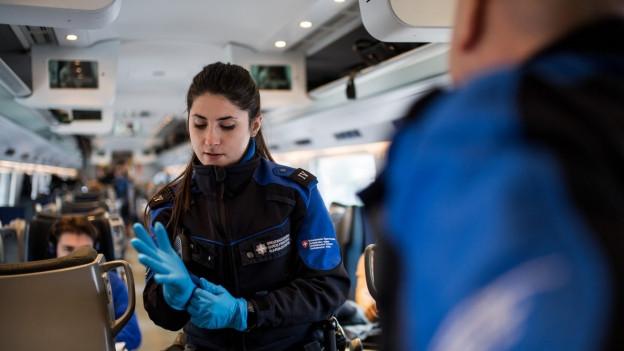 Schweizer Zöllner untersuchen verdächtiges Gepäck.