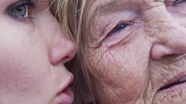 Nahaufnahme einer älteren Frau mit einem Mädchen