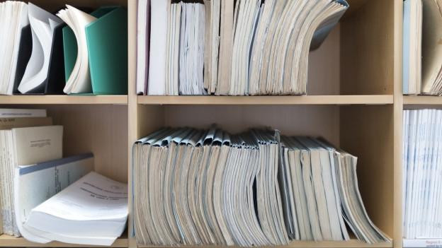 Studien in einem Bücherregal.